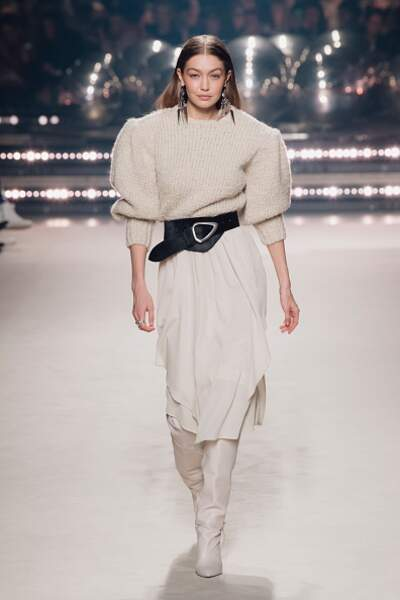 Gigi Hadid opte pour un total look blanc cocooning avec sa paire de bottes blanches