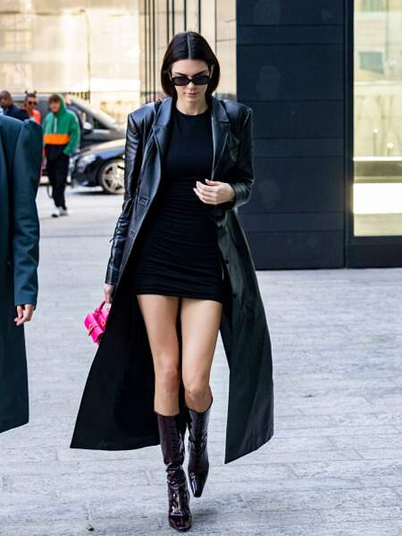 Kendall Jenner avec une paire de bottes en vinyle et son total look noir