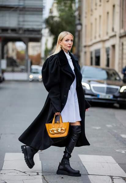 Leonie Hanne opte pour une paire de rangers avec un manteau féminin aux manches bouffantes