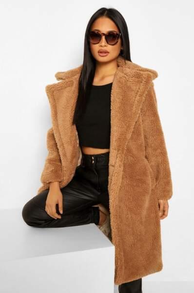 Manteau long en fausse fourrure teddy avec poches, Boohoo, actuellement à 50€