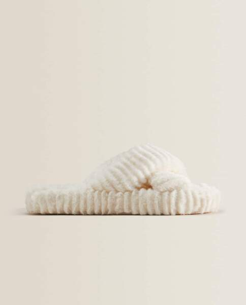 Chaussons croisés en fausse fourrure, Zara Home, 25,99€