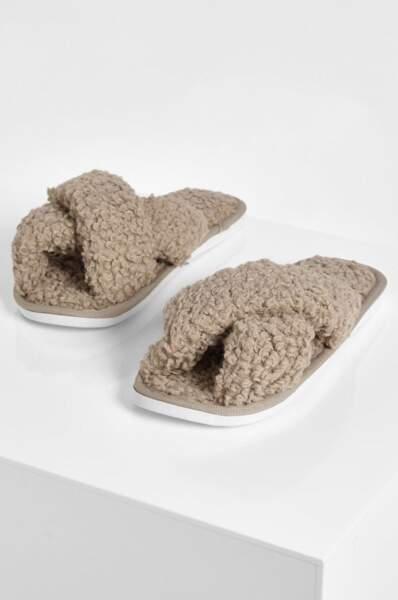 Chaussons croisés fausse peau de mouton, Boohoo, actuellement à 11€