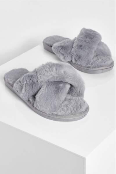 Chaussons duveteux gris, Boohoo, actuellement à 12,50€