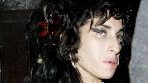 Amy Winehouse s'endort sur sa guitare