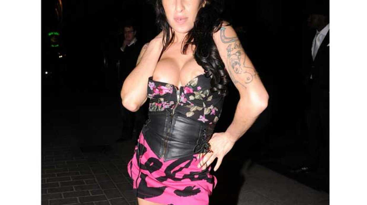 PHOTOS Amy Winehouse dévoile ses nouveaux seins