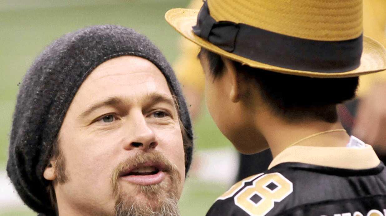 PHOTOS Brad Pitt et Maddox au stade de foot entre hommes
