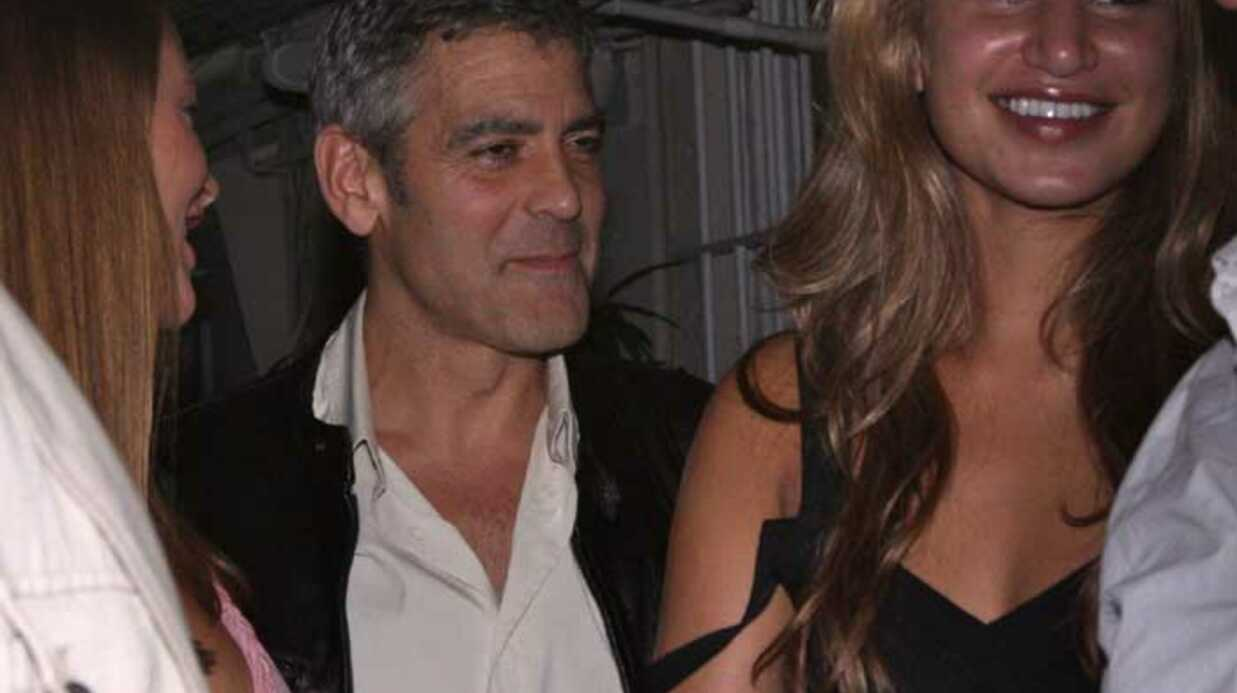 PHOTOS  Deux nanas pour George Clooney