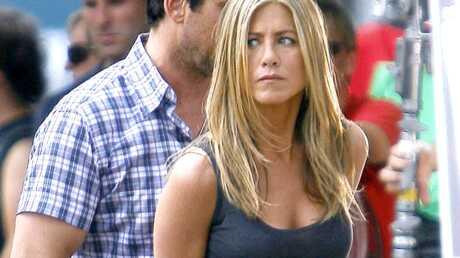 PHOTOS Jennifer Aniston: les menottes aux poignets