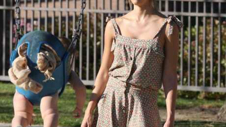 LOOK Jessica Alba mise sur les sandales à franges