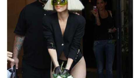 PHOTOS Lady Gaga lance des fleurs à ses fans