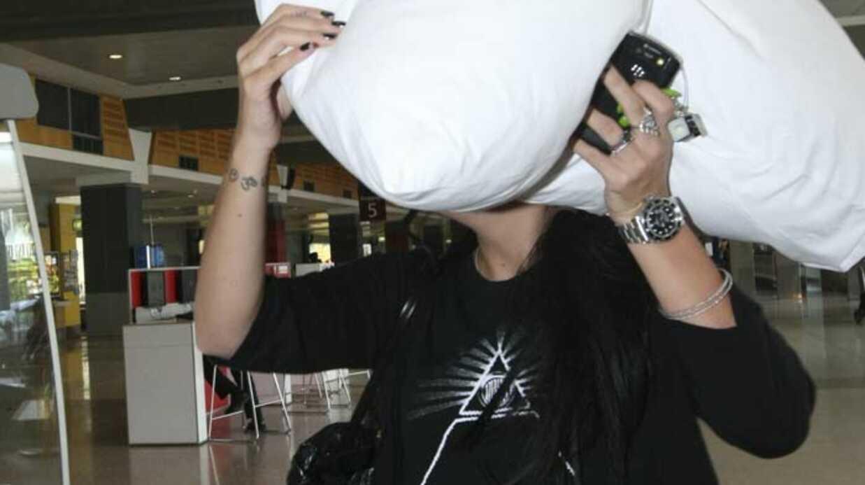 PHOTOS Lily Allen se cache derrière un oreiller