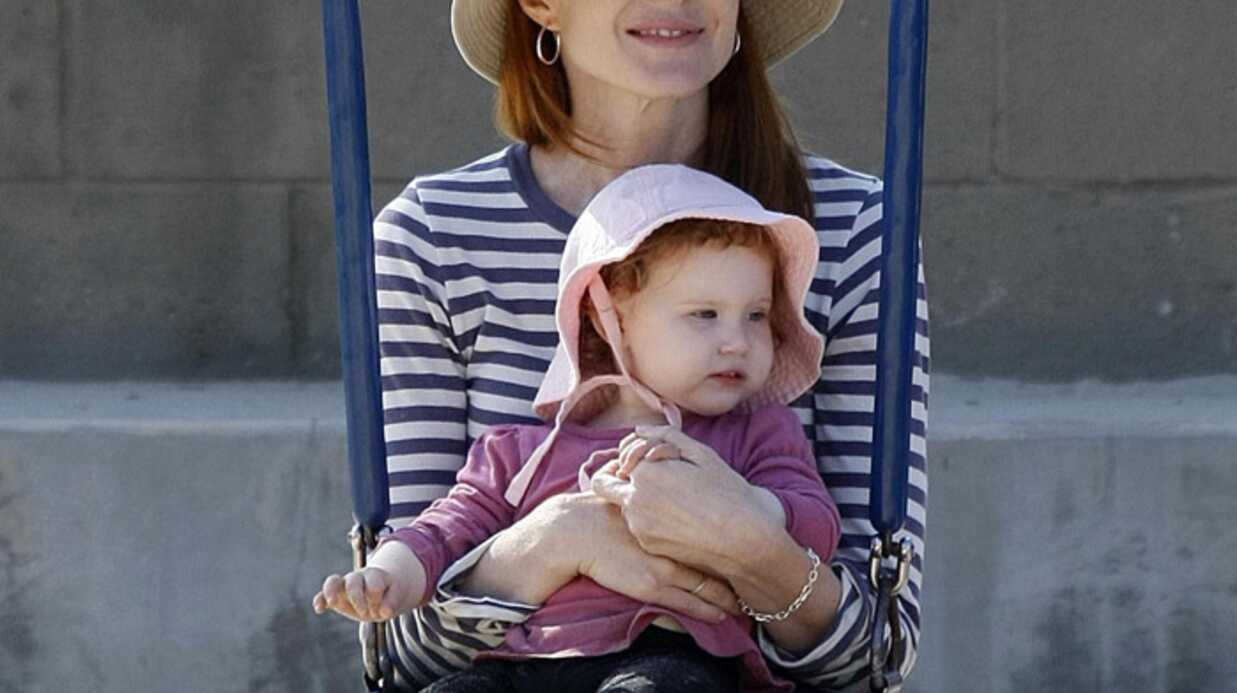 Marcia Cross s'amuse dans un parc avec ses filles