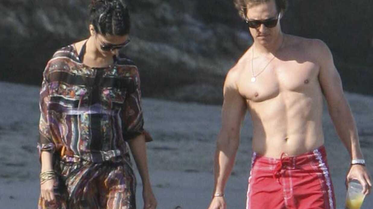 PHOTOS Matthew McConaughey, sa femme et leur fils Levi se promènent sur la plage