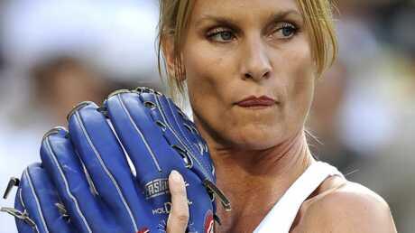 nicolette-sheridan-donne-le-coup-d-envoi-d-un-match-de-baseball