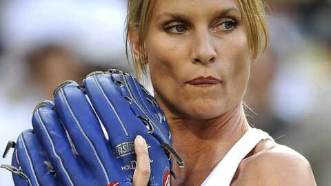Nicolette Sheridan donne le coup d'envoi d'un match de baseball