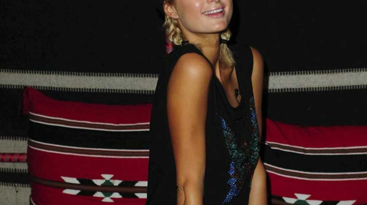 PHOTOS Paris Hilton bien sage à l'immigration de Dubaï