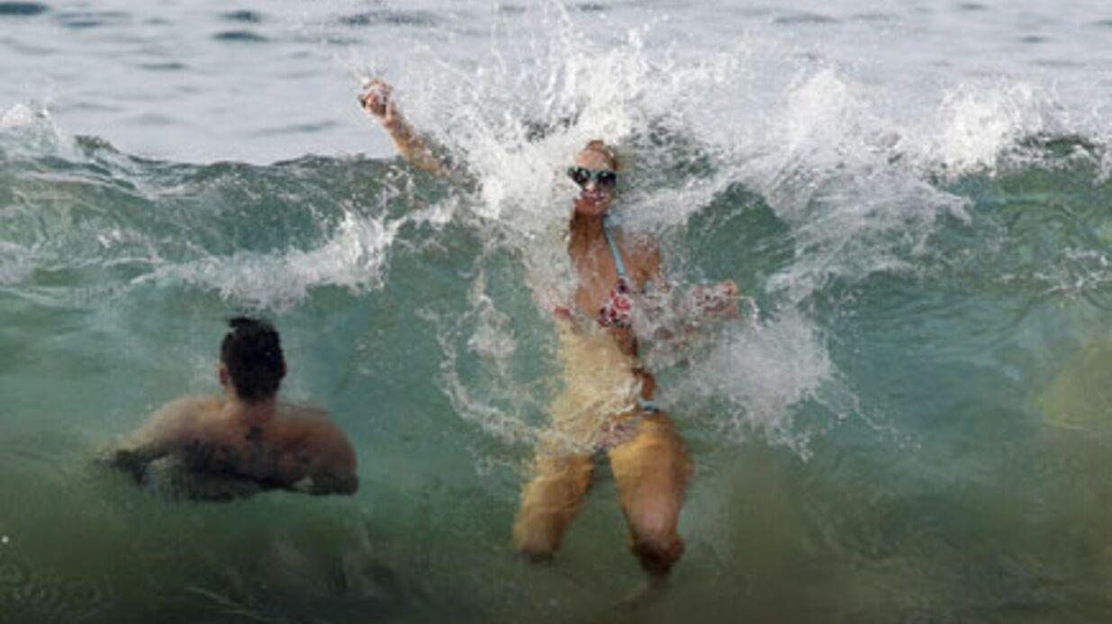 PHOTOS Paris Hilton et son mec s'éclatent à la plage