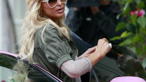 Paris Hilton au top du kitsch dans sa Bentley rose