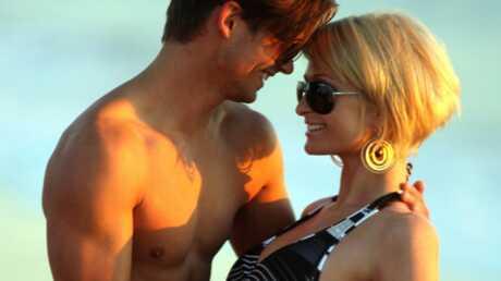 PHOTOS Paris Hilton lascive avec un beau brun à la plage
