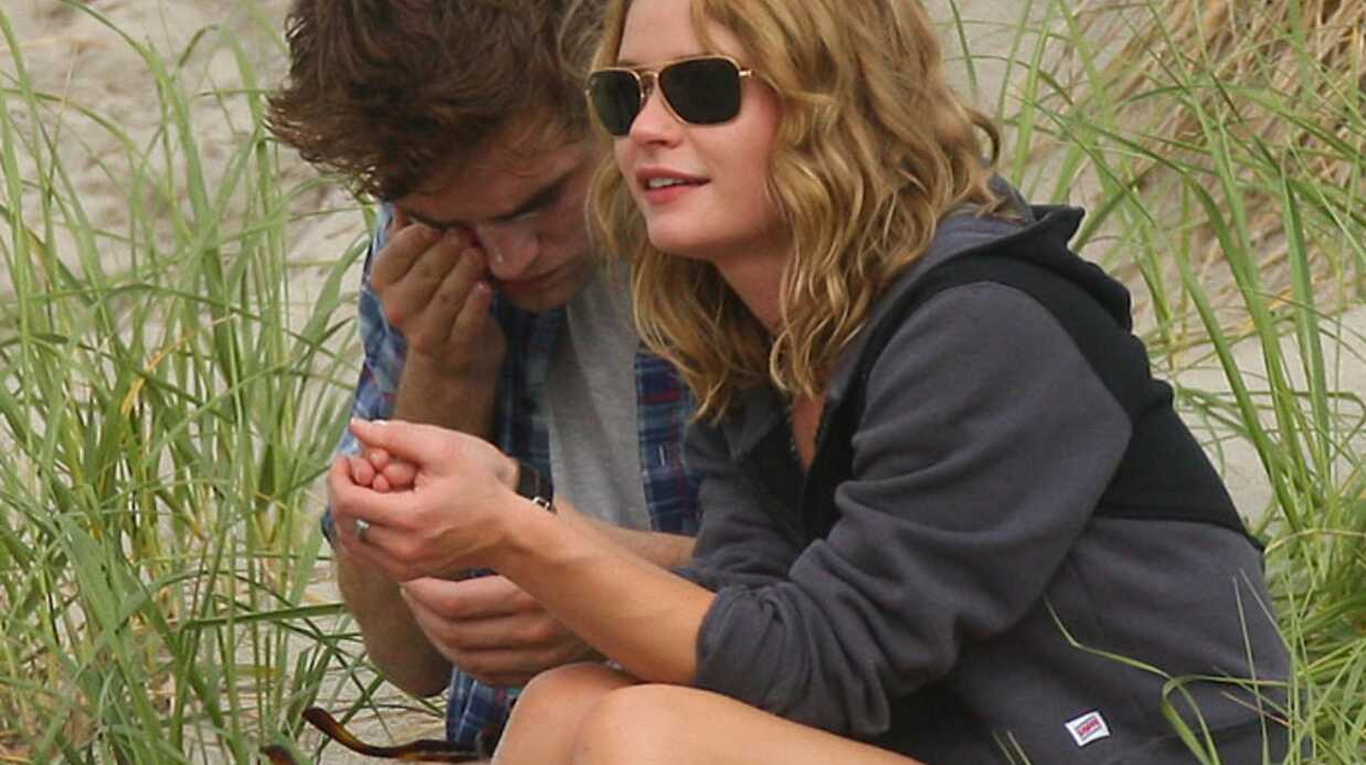 PHOTOS Robert Pattinson se fait sauter dessus sur la plage