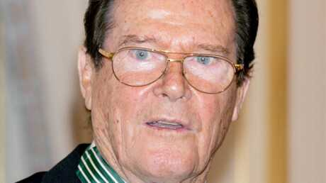Roger Moore décoré par Christine Albanel
