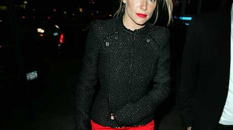 look-quand-sienna-miller-voit-rouge