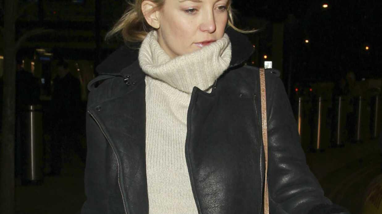 Kate Hudson, enceinte, surprise en train de boire du vin
