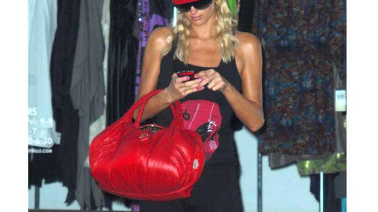 LOOK Paris Hilton se met au rouge pour être tendance