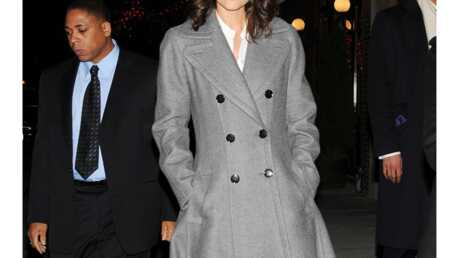 LOOK Katie Holmes porte le plus grand manteau du monde