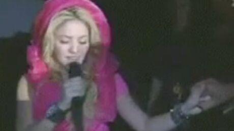 Shakira: un fan lui vole une bague en plein concert