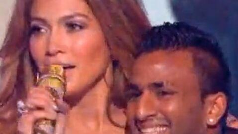 Jennifer Lopez: un fan lui saute dessus en direct dans X Factor