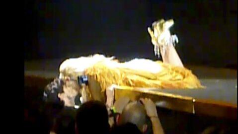 VIDEO Kylie Minogue embrasse Andres devant 15 000 personnes