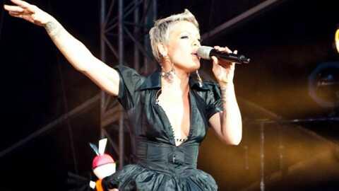 VIDEO Pink fait une mauvaise chute sur scène