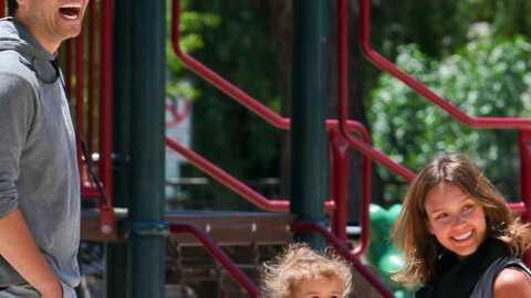 Jessica Alba en famille au parc