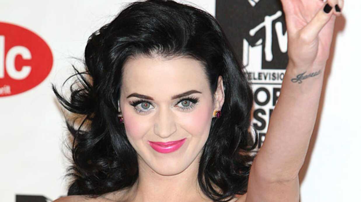 Katy Perry dément s'être fait poser des implants mammaires