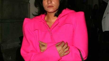 LOOK Lily Allen et sa veste géante rose fluo