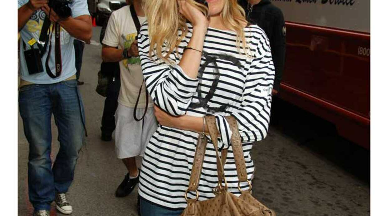 LOOK Sienna Miller en t-shirt Chanel façon Lily Allen