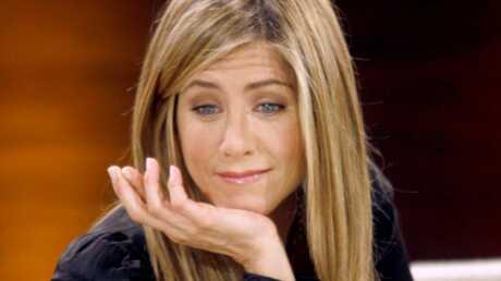 Jennifer Aniston mange un biscuit pour chien en direct