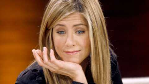 Jennifer Aniston mange un biscuit pour chien en direct