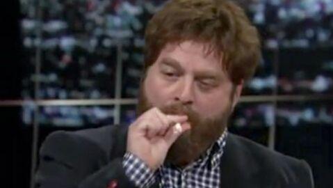 VIDEO Zach Galifianakis de Very Bad Trip fume un joint en direct