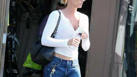 LOOK  Nicollette Sheridan décontractée en jean boyish