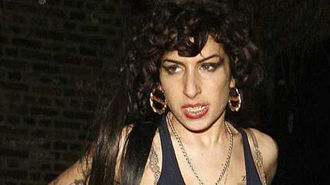 Amy Winehouse va mieux et danse seins nus au balcon