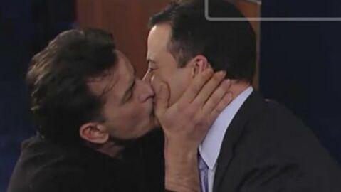 VIDEO Charlie Sheen embrasse l'animateur d'un talk-show