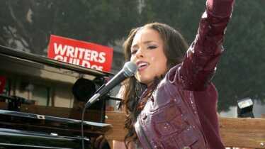 Solidaire, elle chante pour les grévistes d'Hollywood