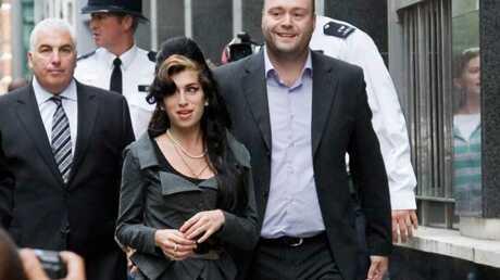 LOOK Amy Winehouse en tailleur pour se rendre au tribunal