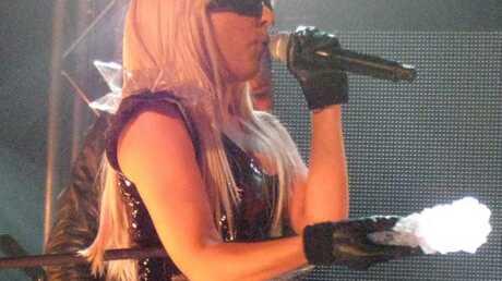 VIDEO Lady Gaga frappe sa danseuse avec son micro