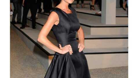 LOOK Victoria Beckham chic et sage en petite robe noire