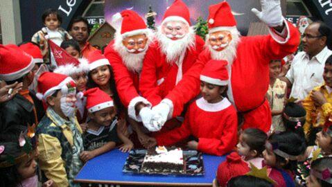 Noël: le papa tout rouge va arriver par la cheminée!