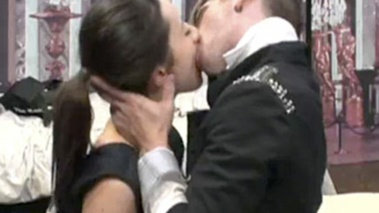VIDEO Carré Viiip: Alexandra et Benoît s'embrassent goulûment