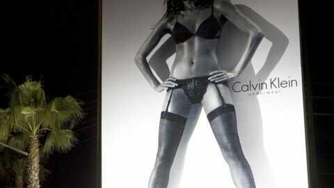 Eva Mendes: trop sexy dans la publicité Calvin Klein?